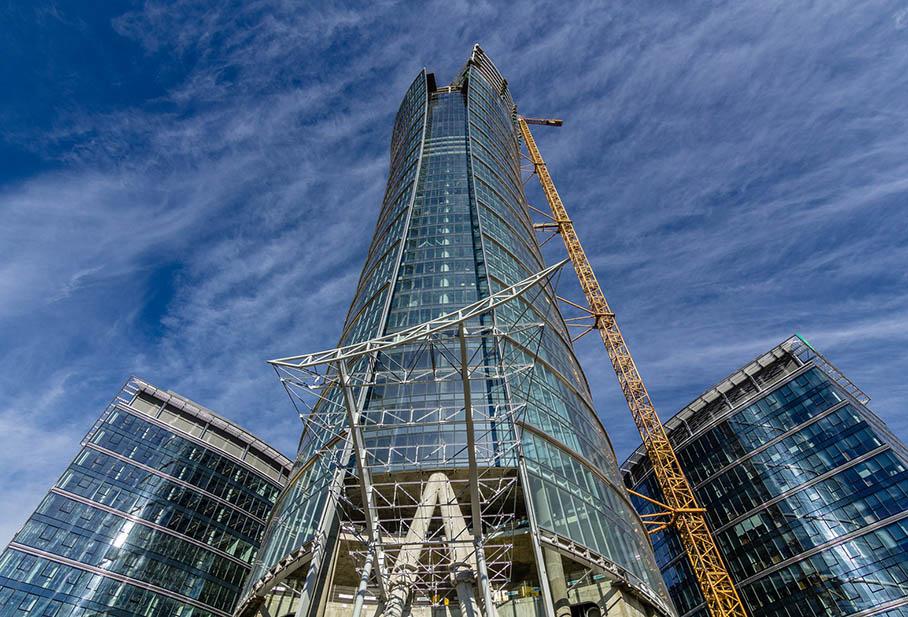 Szklana elewacja wieży Warsaw Spire zdołu