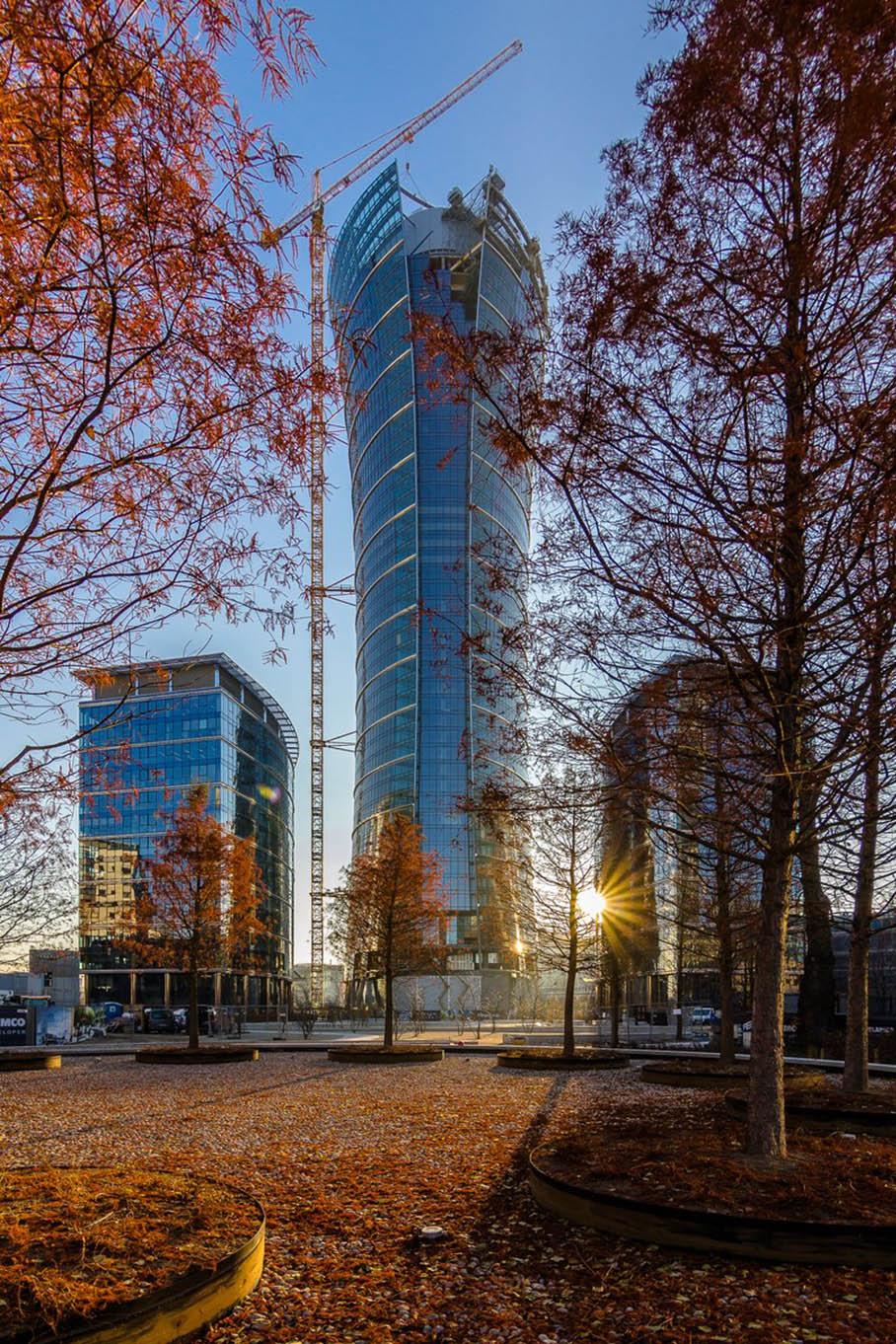 Szklana elewacja wieży Warsaw Spire sięgnęła szczytu