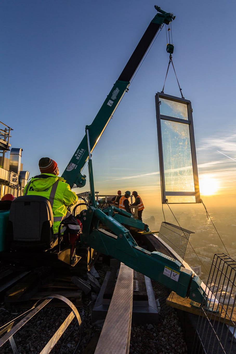 Budowa szklanej elewacji wieży Warsaw Spire
